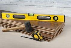 Concepto de la carpintería Diversas herramientas en el nuevo suelo laminado Copie el espacio para el texto imagen de archivo