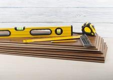 Concepto de la carpintería Diversas herramientas en el nuevo suelo laminado Copie el espacio para el texto foto de archivo