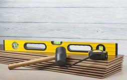 Concepto de la carpintería Diversas herramientas en el nuevo suelo laminado Copie el espacio para el texto foto de archivo libre de regalías