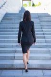 Concepto de la carrera - opinión trasera la mujer de negocios en las escaleras Imagen de archivo