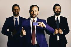 Concepto de la carrera y de la presentación Los hombres de negocios llevan los trajes elegantes Imágenes de archivo libres de regalías