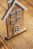 Concepto de la casa - casa de madera Fotos de archivo