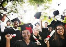 Concepto de la celebración del éxito de la graduación de los estudiantes de la diversidad Imagenes de archivo