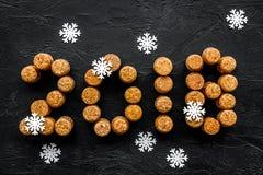 Concepto de la celebración del Año Nuevo 2018 escrito con los corchos de las botellas de vino en la opinión superior del fondo ne Imagen de archivo libre de regalías
