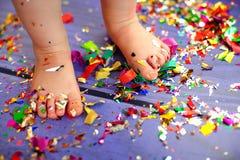 Concepto de la celebración del partido del confeti del pie del bebé del niño Imagen de archivo libre de regalías
