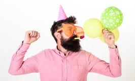 Concepto de la celebración El individuo en sombrero del partido con los balones de aire celebra Inconformista en gafas de sol gig imágenes de archivo libres de regalías