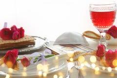 Concepto de la celebración de Pesah y x28; table& festivo x29 del día de fiesta judío de la pascua judía; imagen de archivo
