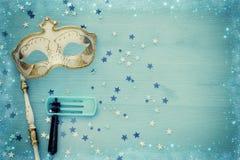 Concepto de la celebración de Purim y x28; holiday& judío x29 del carnaval; sobre fondo de madera azul Visión superior imagen de archivo libre de regalías