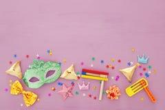 Concepto de la celebración de Purim y x28; holiday& judío x29 del carnaval; Visión superior imagen de archivo libre de regalías