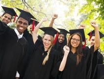 Concepto de la celebración del éxito de la graduación de los estudiantes de la diversidad Fotos de archivo libres de regalías