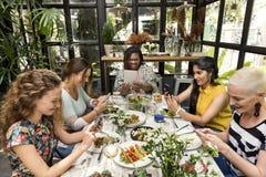 Concepto de la cena de la comunicación de las mujeres junto fotografía de archivo