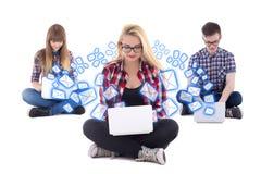 Concepto de la charla de Internet - dos adolescentes y un muchacho que sientan los wi Imágenes de archivo libres de regalías