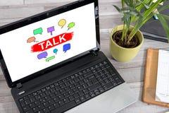 Concepto de la charla en un ordenador portátil Foto de archivo
