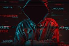 Concepto de la ciberdelincuencia con la persona masculina encapuchada anónima fotos de archivo libres de regalías