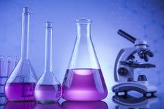 Concepto de la ciencia, cristalería de laboratorio química Imagen de archivo libre de regalías