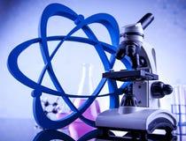 Concepto de la ciencia, cristalería de laboratorio química Foto de archivo libre de regalías