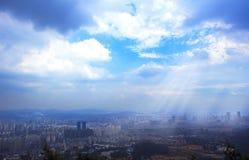 Concepto de la ciudad: vea la ciudad grande en la cima de la montaña imagen de archivo libre de regalías