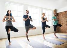 Concepto de la clase del ejercicio de práctica de la yoga imágenes de archivo libres de regalías