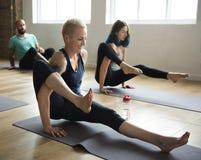 Concepto de la clase del ejercicio de práctica de la yoga fotos de archivo libres de regalías