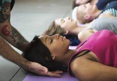 Concepto de la clase del ejercicio de práctica de la yoga imagen de archivo