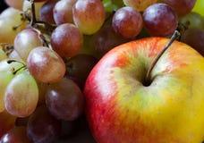 Concepto de la comida de los granjeros Manzanas y primer naturales, orgánicos de las uvas Fotografía de archivo libre de regalías