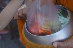 Concepto de la comida del traje de la adoración de la religión de Buddhism Buddhist del monje Foto de archivo libre de regalías