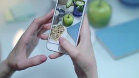 Concepto de la comida de Instagram Hembra que toma el vídeo móvil de la manzana verde almacen de metraje de vídeo