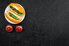 Concepto de la comida rápida Haga los perritos calientes y el hogar frescos bollo para los perritos calientes con las salchichas  Fotos de archivo libres de regalías