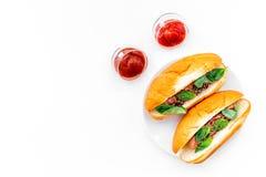 Concepto de la comida rápida Haga los perritos calientes y el hogar frescos bollo para los perritos calientes con las salchichas  Fotografía de archivo