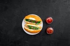 Concepto de la comida rápida Haga los perritos calientes y el hogar frescos bollo para los perritos calientes con las salchichas  Imagenes de archivo