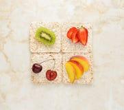 Concepto de la comida sana - tortas de arroz con la fruta Imágenes de archivo libres de regalías