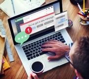 Concepto de la comunicación de la conexión del nuevo mensaje que manda un SMS Fotos de archivo