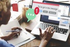 Concepto de la comunicación de la conexión del nuevo mensaje que manda un SMS Imagen de archivo libre de regalías
