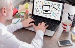 Concepto de la comunicación de la red en una pantalla del ordenador portátil Foto de archivo