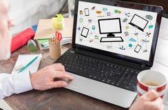 Concepto de la comunicación de la red en una pantalla del ordenador portátil Foto de archivo libre de regalías