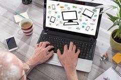 Concepto de la comunicación de la red en una pantalla del ordenador portátil Imágenes de archivo libres de regalías