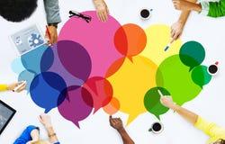 Concepto de la comunicación del mensaje casual de la gente que habla imagenes de archivo