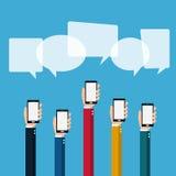 Concepto de la comunicación Mano que sostiene smartphone con las burbujas del discurso Fotografía de archivo libre de regalías