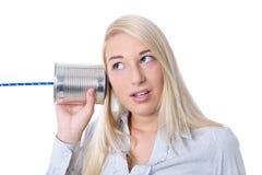 Concepto de la comunicación o de la publicidad: calli aislado jóvenes de la mujer foto de archivo