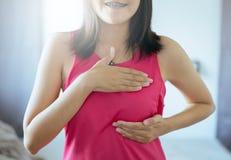 Concepto de la conciencia del cáncer de pecho, manos asiáticas felices de la mujer que sostienen encendido el pecho, grande para  imagen de archivo libre de regalías