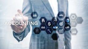 Concepto de la contabilidad, del negocio y de las finanzas en la pantalla virtual fotos de archivo libres de regalías