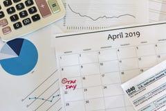 Concepto de la contabilidad financiera del dinero de impuestos foto de archivo