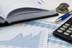 Concepto de la contabilidad y del negocio: calculando y equilibrando los libros Imagen de archivo