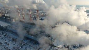 Concepto de la contaminación atmosférica Central eléctrica con humo de las chimeneas Tiro del abejón almacen de video