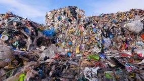 Concepto de la contaminación del ambiente Descarga de basura Cierre para arriba Tiro del carro almacen de metraje de vídeo