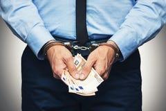 Concepto de la corrupción y del soborno - funcionario arrestado con el dinero foto de archivo