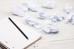 Concepto de la creatividad - libreta, lápiz y documento arrugado sobre blanco imagenes de archivo