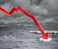 Concepto de la crisis con la flecha que cae en el océano Fotos de archivo