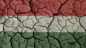 Concepto de la crisis: Grietas del fango con la bandera de Hungría fotos de archivo