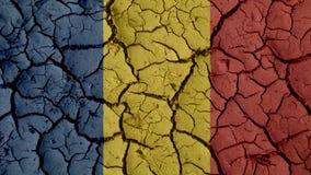 Concepto de la crisis: Grietas del fango con la bandera de Rumania imagenes de archivo